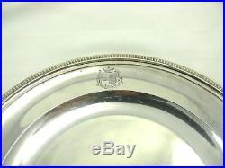 Beau plat rond à bords godronnés, argent massif, poinçon Vieillard, armoiries