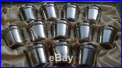 Coffret avec 12 gobelets à liqueur en argent massif, poinçon minerve