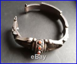 Très beau bracelet ethnique ancien argent massif et corail, poinçon sanglier